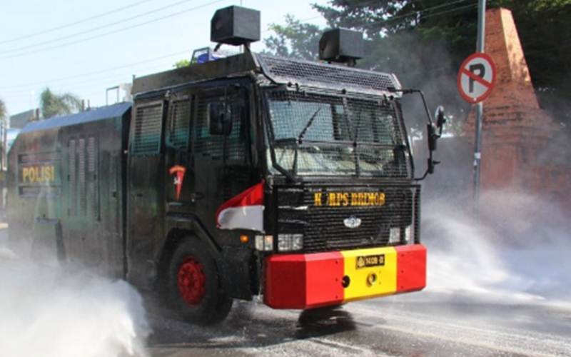 Penyemprotan cairan disinfektan menggunakan mobil armoured water cannon (AWC) milik polisi di sejumlah jalan raya di Kabupaten Kudus, Jawa Tengah, Jumat (4/6/2021)./Antara - HO/Humas Polres Kudus