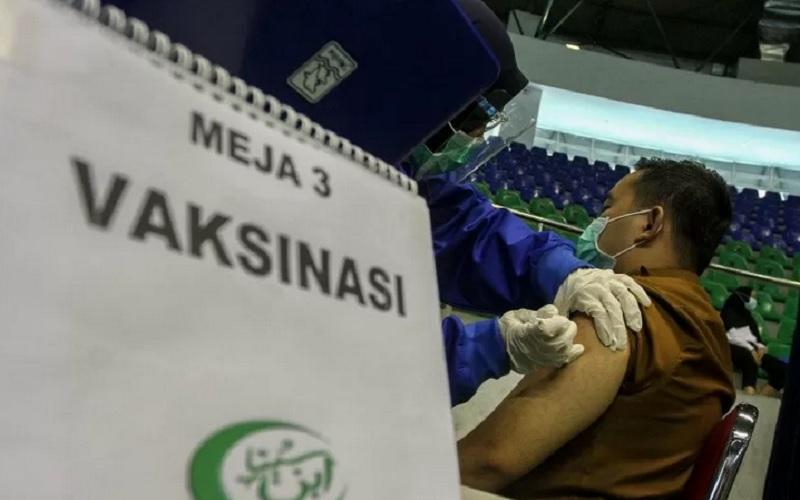 Ilustrasi - Petugas Kesehatan menyuntikan vaksin Covid-19 kepada seorang Aparatur Sipil Negara (ASN) di Gelanggang Olahraga Remaja Pekanbaru, Riau, Senin (1/3/2021). - Antara