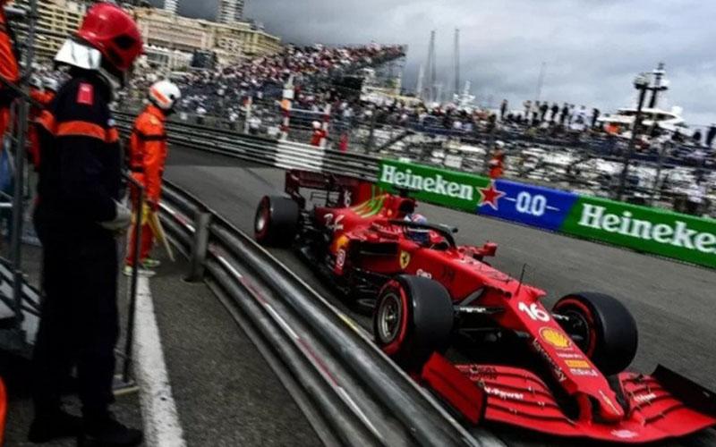 Pebalap tim Ferrari Charles Leclerc menjalani sesi kualifikas/Antara - AFP