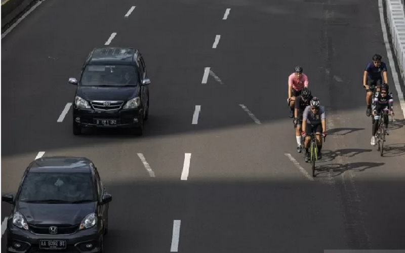 Pesepeda memacu kecepatan saat melintas di Jalan Jenderal Sudirman, Jakarta, Minggu (30/5/2021). - ANTARA FOTO/Dhemas Reviyanto