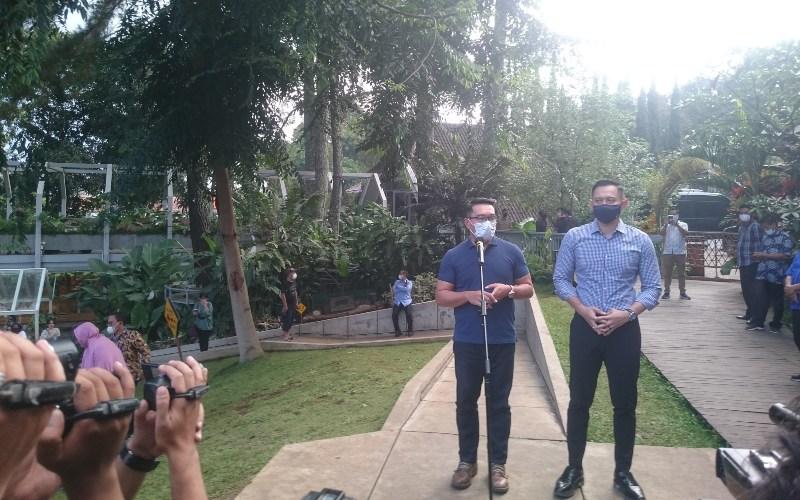Gubernur Jawa Barat Ridwan Kamil (kiri) bersama Ketua Umum Partai Demokrat Agus Harimurti Yudhoyono (AHY) memberikan keterangan di Nara Park, Bandung, Jawa Barat, Jumat (4/6/2021). AHY bertemu Ridwan Kamil dalam rangka safari politik di Jawa Barat. - Bisnis/Dea Andriyawan