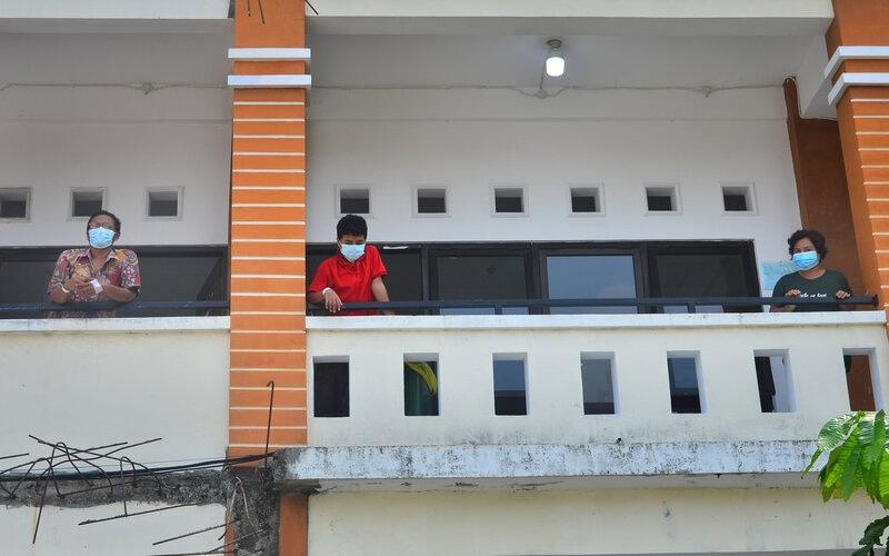 Pasien positif Covid-19 berada di depan ruangan isolasi di Gedung Akbid, Kudus, Jawa Tengah, Rabu (2/6/2021). Berdasarkan data dari Gugus Tugas Pencegahan dan Pengendalian COVID-19 setempat, jumlah kasus terkonfirmasi positif Covid-19 per 2/6/2021 mencapai 1.243 orang dan 189 di antaranya tenaga kesehatan. - Antara/Yusuf Nugroho