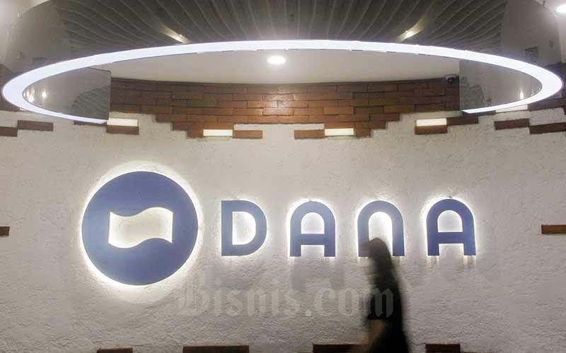 Karyawati beraktivitas di dekat logo Dana di Jakarta, Jumat (16/4/2021). Bisnis - Himawan L Nugraha