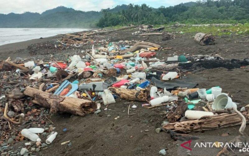 Pantai Warebar Kampung Yenbekaki, Kabupaten Raja Ampat, Provinsi Papua Barat yang merupakan pantai pendaratan penyu penuh dengan sampah plastik dari Kota Sorong, Jumat (4/6/2021). - Antara/Ernes Broning Kakisina