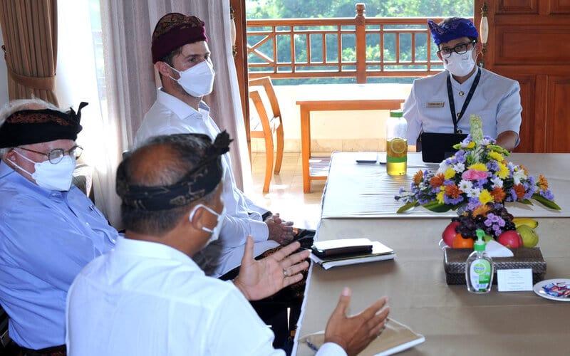 Menteri Pariwisata dan Ekonomi Kreatif (Menparekraf) Sandiaga Salahuddin Uno (kanan) menerima audiensi pelaku pariwisata saat