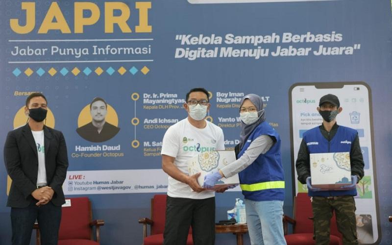 Gubernur Jawa Barat Ridwan Kamil (kedua kiri)