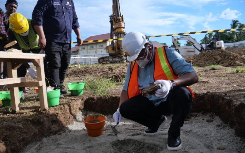 Wakil Ketua DPR RI Rachmat Gobel dalam acara peletakan batu pertama (groundbreaking) pada pembangunan rumah susun untuk tenaga paramedis di RSUD Zainal Umar Sidiki, Kabupaten Gorontalo Utara, Gorontalo / Istimewa