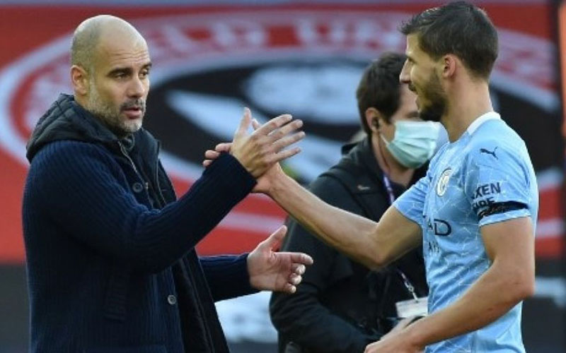 Pelatih Manchester City Pep Guardiola (kiri) dan bek Ruben Dias. - BBC