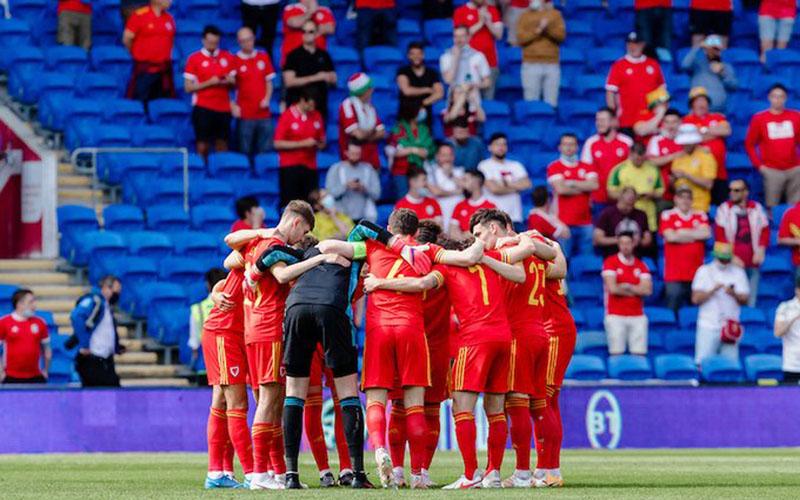 Tim Wales sebelum memulai pertandingan melawan Albania. - Twitter@FAWales