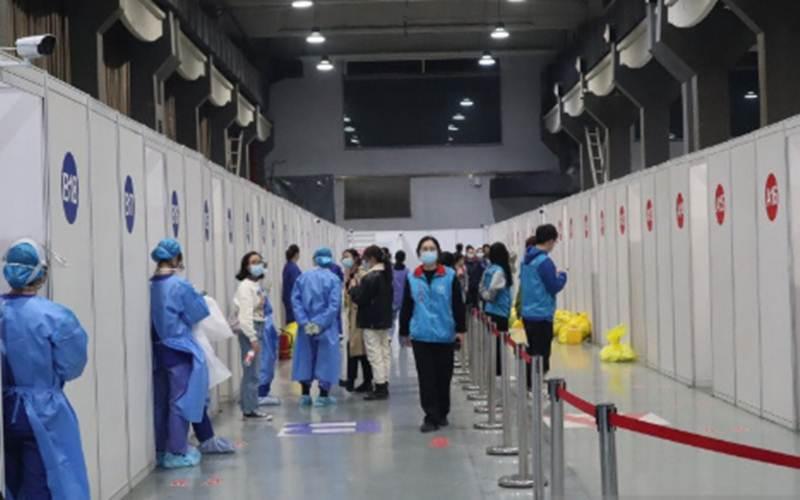 Para petugas medis bersiap menyambut kedatangan warga negara asing yang hendak disuntik vaksin Covid-19 dosis pertama di bilik-bilik semipermanen yang didirikan di areal Museum Chaoyang Park, Beijing, China, Selasa (23/3/2021). - Antara/M. Irfan Ilmie