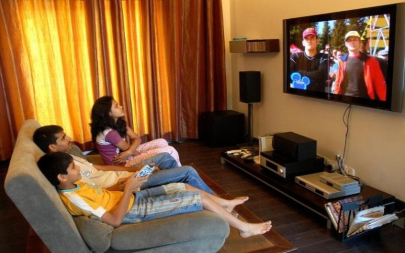 Keluarga menonton televisi.  - Istimewa