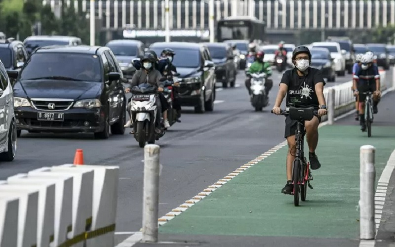 Pesepeda memacu kecepatannya di jalur sepeda permanen di Jalan Jenderal Sudirman, Jakarta, Minggu (9/5/2021). - Antara
