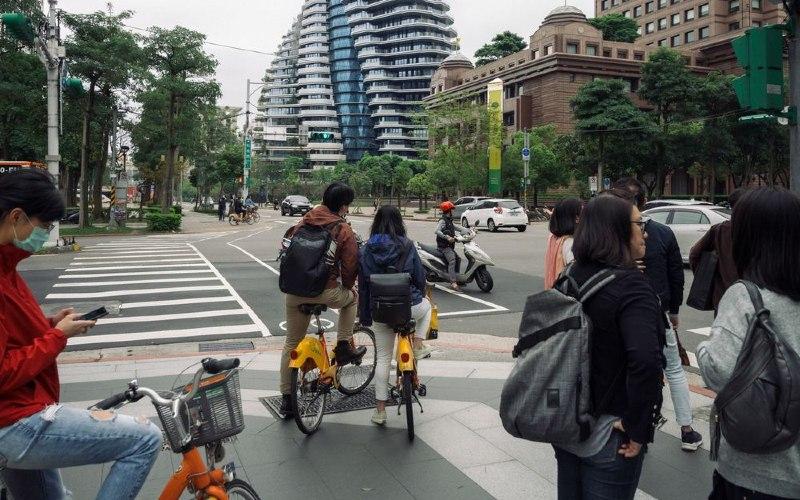 Taipei mengizinkan warga untuk bersepeda di masa pandemi Covid/19.