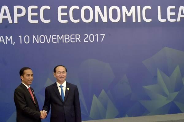 Presiden Joko Widodo (kiri) disambut Presiden Vietnam Tran Dai Quang saat akan melakukan dialog antara pimpinan negara ekonomi dengan APEC Business Advisory Council (ABAC) di Da Nang, Vietnam, Jumat (10/11). - ANTARA/Yusran Uccang