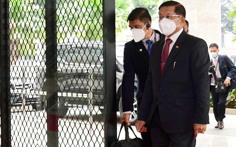Panglima Militer Myanmar Jenderal Min Aung Hlaing (kanan) menghadiri KTT ASEAN di Gedung Sekretariat ASEAN Jakarta, Sabtu (24/4/2021). KTT ASEAN yang pertama kali dilakukan secara tatap muka saat pandemi COVID-19 tersebut salah satunya membahas tentang krisis Myanmar. ANTARA FOTO/HO -  Setpres/Muchlis Jr