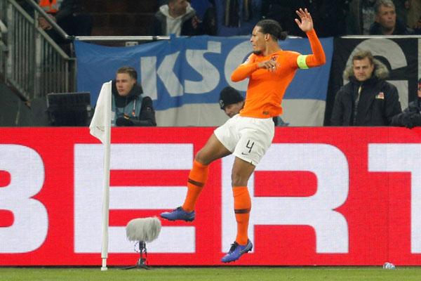 Bek Timnas Belanda Virgil van Dijk.  - Reuters/Leon Kuegeler