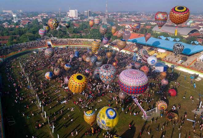 Peserta mengikuti Java Traditional Balloon Festival Pekalongan 2019 di Stadion Hoegeng, Pekalongan, Jawa Tengah, Rabu (12/6/2019). - ANTARA/Harviyan Perdana Putra