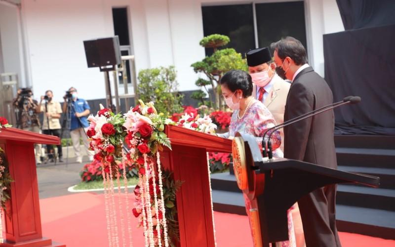 Mantan Presiden Megawati Soekarno Putri (tengah) didampingi Prananda Prabowo (kanan) dan Menteri Pertahanan Prabowo Subianto menandatangani prasasti Bung Karno Berkuda di halaman Kementerian Pertahanan, Minggu (6/6/2021). - Twitter Menteri KKP Sakti Wahyu Trenggono @saktitrenggono