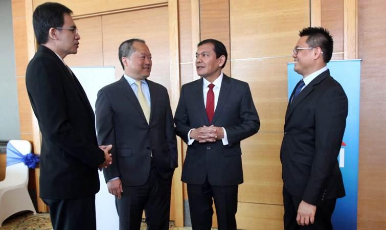 CEO Citi Indonesia Batara Sianturi (kedua kanan) berbincang dengan Country Controller Pranadi Wangsa (dari kiri), Chief Financial Officer Warren Huang, Country Treasurer Suryadi Ong, sebelum paparan kinerja perseroan, di Jakarta, Kamis (9/5/2019). - Bisnis/Endang Muchtar