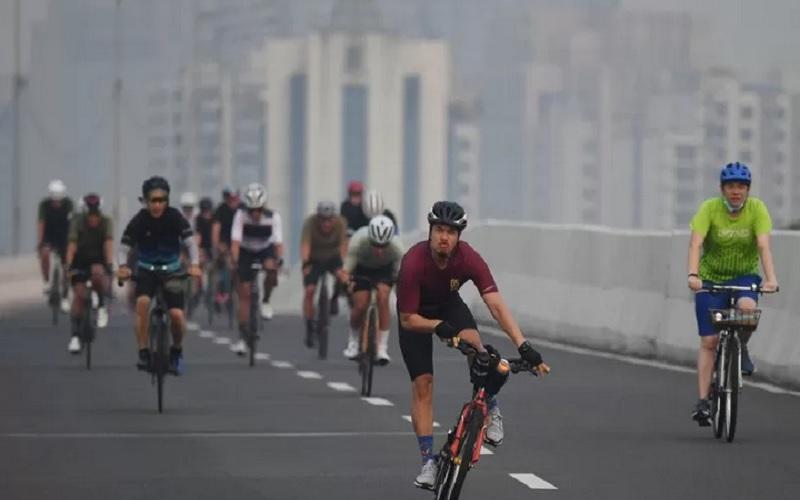 Sejumlah pesepeda memacu kecepatan saat berlangsung uji coba pemberlakuan lintasan road bike di jalan layang non tol (JLNT) Kampung Melayu-Tanah Abang, Jakarta, Minggu (23/5/2021). - Antara\r\n