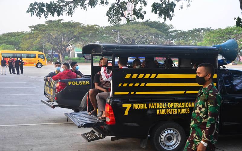 Sejumlah pasien Covid-19 yang dijemput dari desa-desa tiba di rusun karantina bakalankrapyak Kudus, Jawa Tengah, Minggu (6/6/21). Sebanyak 90 pasien Covid-19 di Kudus yang melakukan isolasi mandiri di rumah dipindahkan ke tempat karantina terpusat di Asrama Haji Donohudan, Boyolali, Jawa Tengah guna mendapatkan penanganan yang lebih terarah. - Antara