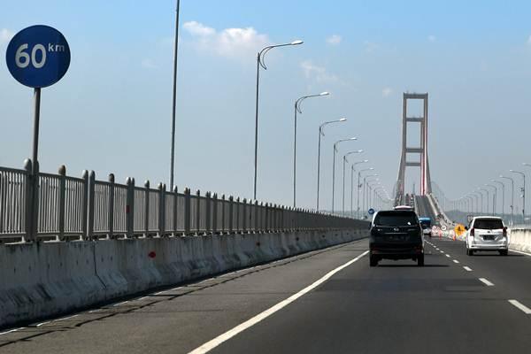 Ilustrasi - Suasana Jembatan Suramadu di Surabaya, Jawa Timur, Sabtu (27/10/2018). - Antara/Zabur Karuru