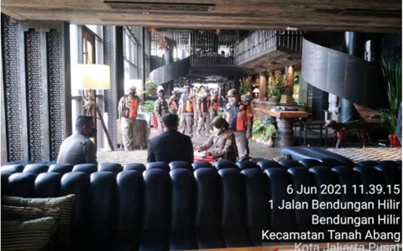 Satuan Polisi Pamong Praja (Satpol PP) Jakarta melakukan penutupan sementara sebuah kafe di Apartemen Sudirman Suites, Jalan Jenderal Sudirman, Bendungan Hilir, Tanah Abang, karena melanggar protokol kesehatan./Antara - HO Satpol PP Jakarta Pusat