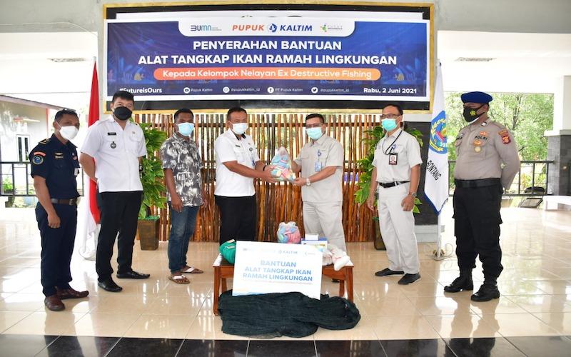 Pupuk Kaltim memberikan bantuan alat tangkap ikan ramah lingkungan kepada nelayan di Bontang dalam rangka menghentikan destructive fishing. - JIBI/Istimewa
