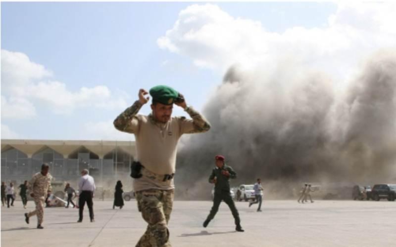 Dokumentasi - Seorang anggota keamanan berjalan menjauh saat debu beterbangan setelah ledakan terjadi di bandara di Aden, Yaman, Rabu (30/12/2020)./Antara - Reuters/Fawaz Salman