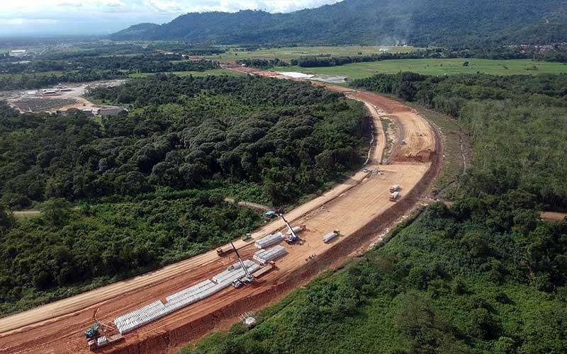 Foto udara pembangunan konstruksi ruas jalan tol  Padang-Sicincin di Jl Bypass KM 25, Kabupaten Padangpariaman, Sumatera Barat, Jumat (19/6/2020)./ANTARA FOTO - Iggoy el Fitra