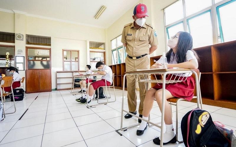 Ketua Satgas Penanganan Covid-19 Kota Bandung Ema Sumarna saat meninjau PTMT di SD dan SMP Santo Yusup Bandung, Senin (7/6 - 2021).