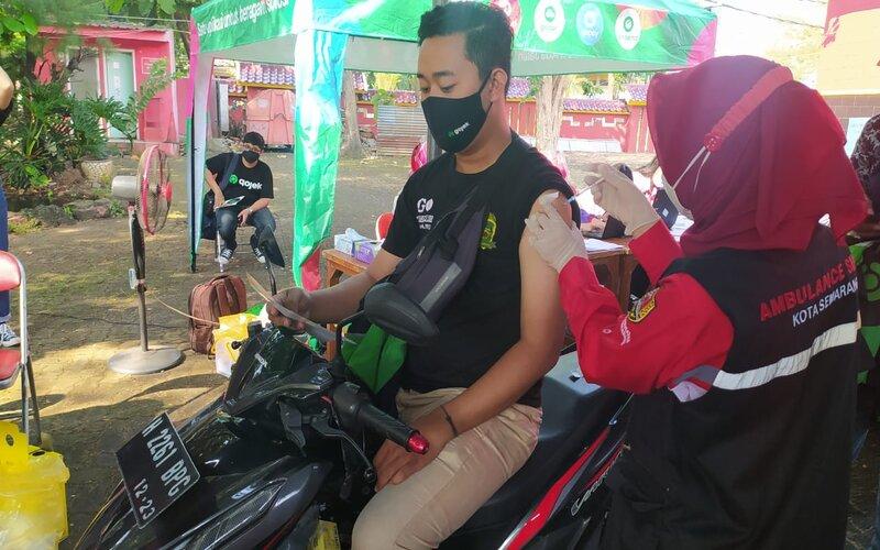 Mitra driver Gojek mengikuti program vaksinasi di Klenteng Sam Poo Kong Semarang. - Bisnis/Alif N.
