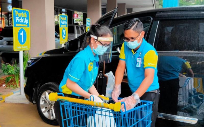 Petugas Hypermart tengah memindahkan barang belanjaan konsumen. Layanan park and pick up menjadi salah satu layanan baru PT Matahari Putra Prima Tbk. sejak penerapan pembatasan sosial berskala besar (PSBB). - hypermart.co.id