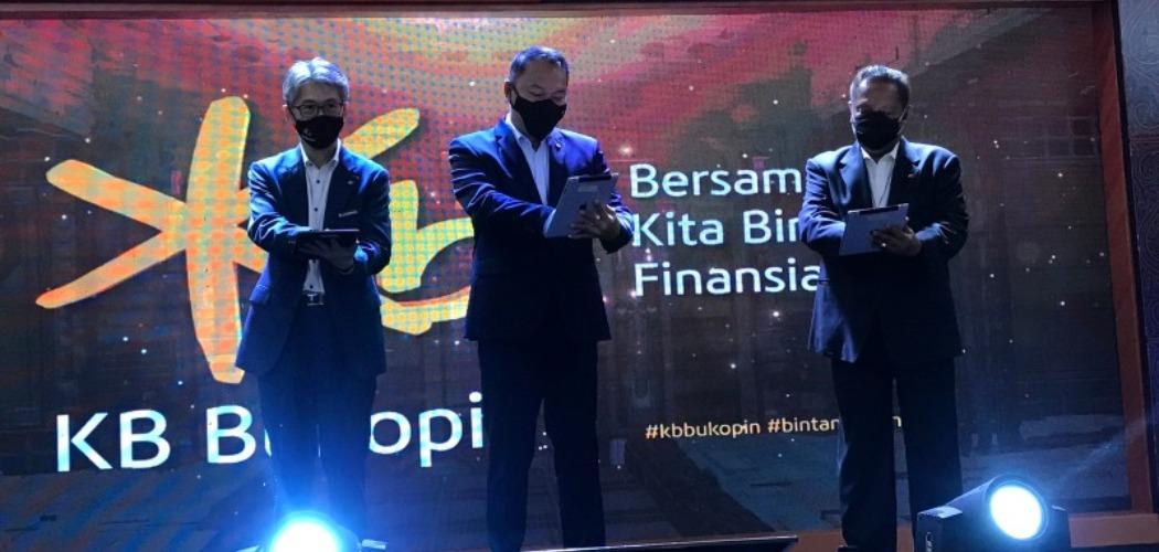 (Kiri ke kanan) Chief Risk Officer KB Bukopin Jong Hwan Han, President Director KB Bukopin Rivan A. Purwantono, Independent Vice President Commisioner KB Bukopin Sapto Amal D. merilis perubahan nama Bank Bukopin menjadi KB Bukopin di acara Customer Gathering KB Bukopin di Hotel JW Marrion Medan, Senin (29/3/2021). - Istimewa