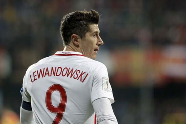Robert Lewandowski dalam balutan jersey Timnas Polandia - Reuters