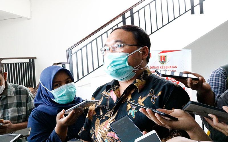 Mochamad Abdul Hakam, Kepala Dinas Kesehatan Kota Semarang, memberikan keterangan di hadapan wartawan. Kamis (14/1/2021) - Muhammad Faisal Nur Ikhsan - BISNIS