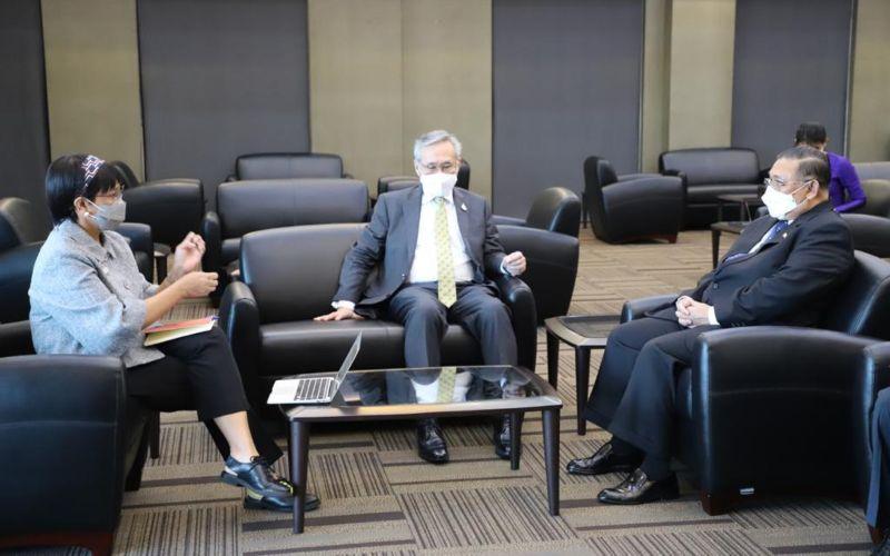 Arsip - Menteri Luar Negeri RI Retno Marsudi, Menteri Luar Negeri Thailand Don Pramudwinai, dan Menteri Luar Negeri Myanmar Wunna Maung Lwin saat bertemu di Bandara Don Muang, Thailand pada Rabu (24/2/2021). - Dok. Kemlu