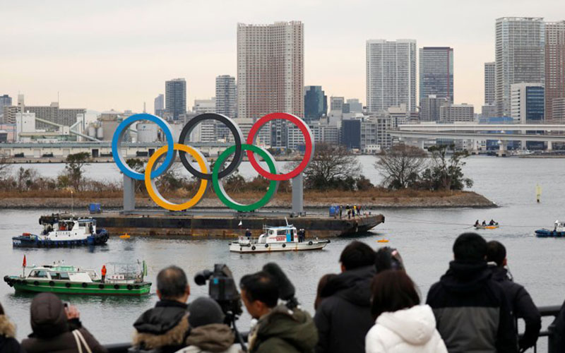 Cincin Olimpiade raksasa dipasang di area tepi laut di Tokyo, Jepang, dengan Jembatan Pelangi sebagai latar belakang./Antara - Reuters