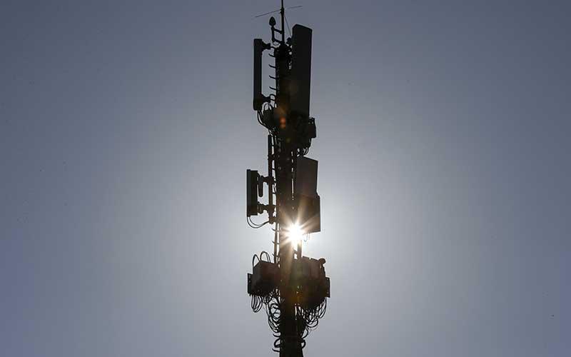 Tiang jaringan Swisscom AG yang dilengkapi dengan peralatan 5G di atas atap gedung Swisscom di Bern, Swiss, Kamis (4/7/2019). Bloomberg - Stefan Wermuth