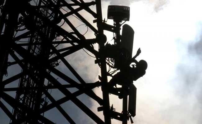 Teknisi melakukan pengecekan pada salah satu base transceiver station (BTS) di Jakarta, Senin (27/1/2020).  - Bisnis/Arief Hermawan P