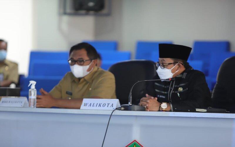 Wali Kota Malang Sutiaji (kanan) bersama Wakil Wali Kota Malang Sofyan Edi Jarwoko pada peluncuran  aplikasi Si Melon Ijo (Sistem Monitoring Evaluasi dan Koordinasi LPG Tiga Kilo), di Ngalam Command Center (NCC) Balai Kota Malang, Senin (7/6/2021). - Istimewa