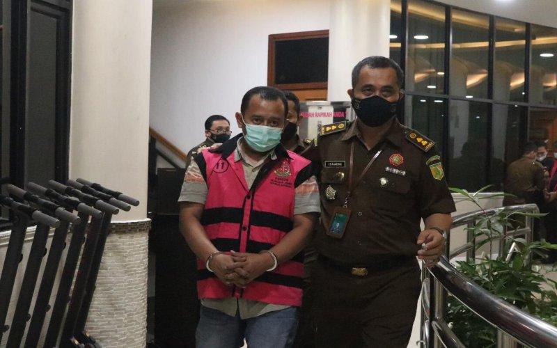 Penyidik Kejaksaan Agung (Kejagung) melakukan upaya penahanan terhadap dua orang eks pejabat Bank Syariah Mandiri cabang Sidoarjo selama 20 hari ke depan di Rutan Salemba cabang Kejagung. - Sholahuddin Al Ayyubi