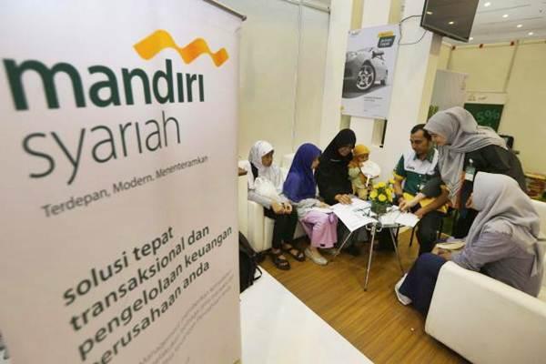 Calon nasabah mencari informasi tentang aplikasi pembukaan rekening di booth Bank Syariah Mandiri (BSM) pada Islamic Book Award IBF 2017 di Jakarta, Kamis (4/5). - JIBI/Nurul Hidayat