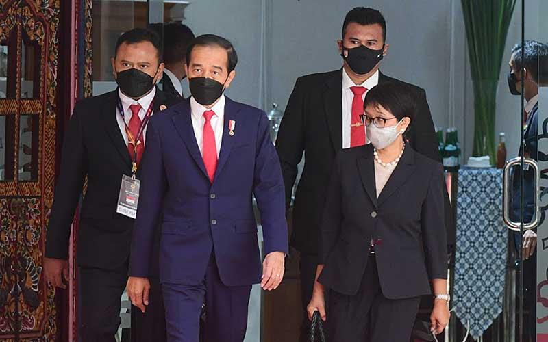 Presiden Joko Widodo  (kiri depan) berjalan bersama dengan Menteri Luar Negeri  Retno Marsudi  (kanan depan) saat  menghadiri KTT ASEAN, di Gedung Sekretariat ASEAN, di Jakarta, Sabtu (24/4/-2021). ANTARA FOTO - HO/Setpres