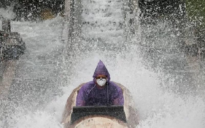 Warga menggunakan masker mencoba wahana hiburan yang kembali dibuka di tengah pandemi Covid-19 di Enchanted Kingdom in Santa Rosa, Laguna, Filipina, Minggu (25/10/2020). - Antara/Reuters