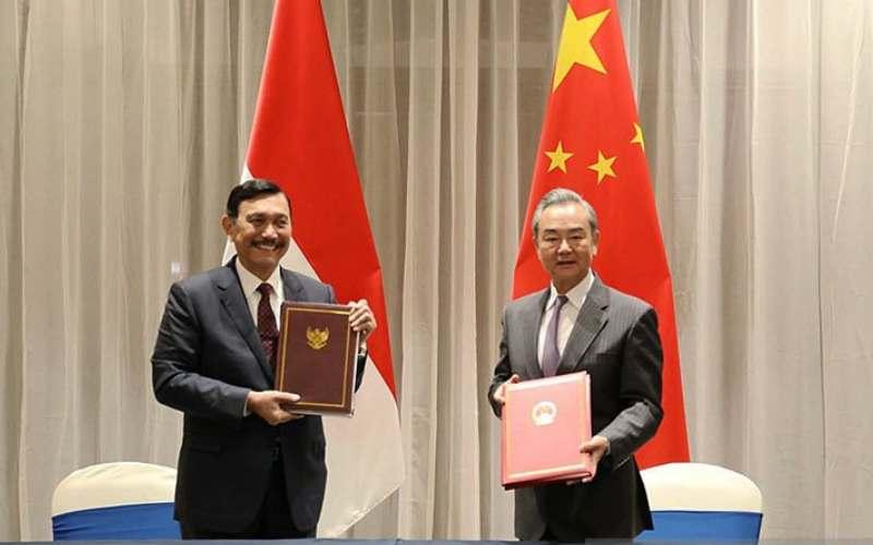 Menko Kemaritiman dan Investasi Luhut Binsar Pandjaitan dan Menteri Luar Negeri China Wang Yi. ANTARA/HO-Kemenko Kemaritiman dan Investasi/aa. (ANTARA - Handout Kemenko Kemaritiman dan Investasi)
