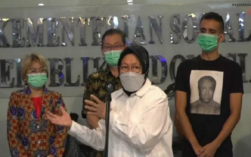 Menteri Sosial Tri Rismaharini (baju putih) saat memberikan keterangan pers terkait bencana di Nusa Tenggara Timur (NTT) di lobi gedung Kementerian Sosial di Jakarta, Rabu (7/4/2021). - Antara\r\n