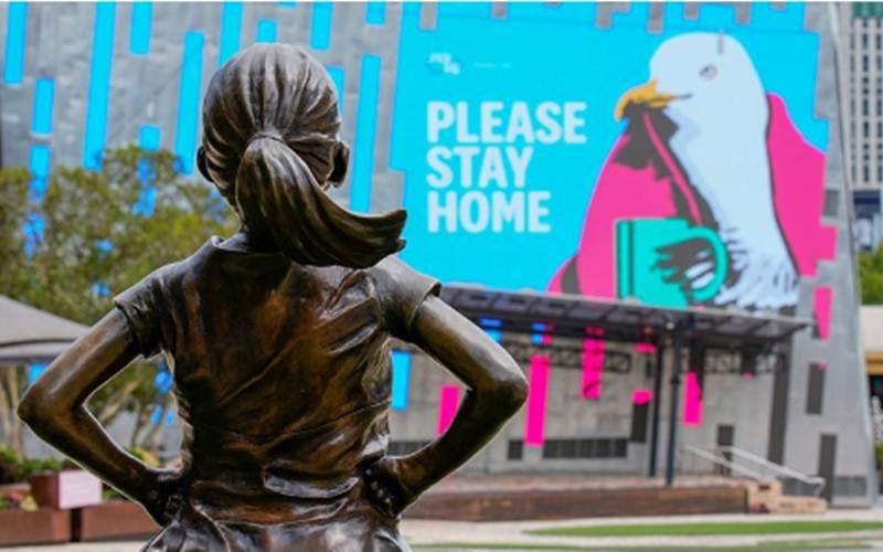 Ilustrasi - Patung Gadis Fearless terkesan sedang melihat tanda