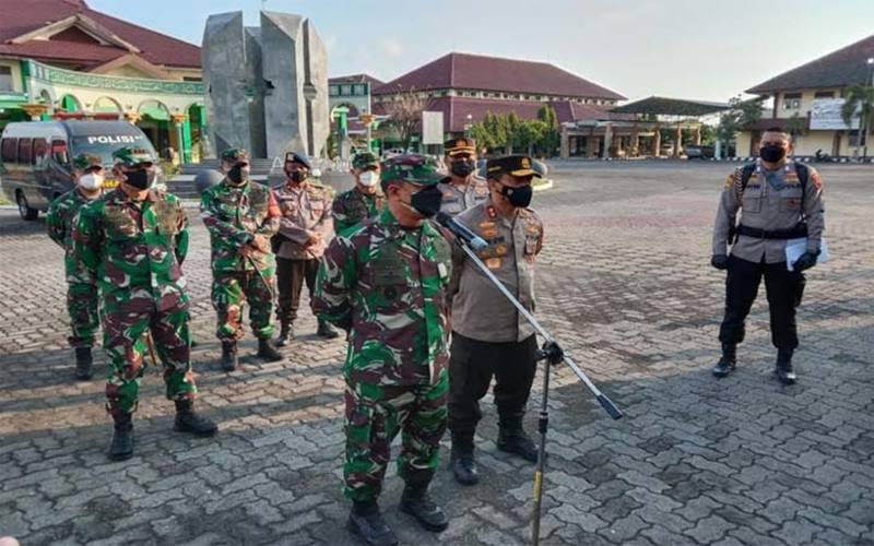 Pangdam IV/Diponegoro Mayjen Rudianto bersama Kapolda Jateng Irjen Ahmad Luthfi memberikan keterangan kepada wartawan di Asrama Haji Donohudan, Ngemplak, Boyolali, Senin (7/6/2021). JIBi - Solopos/Akhmad Ludiyanto