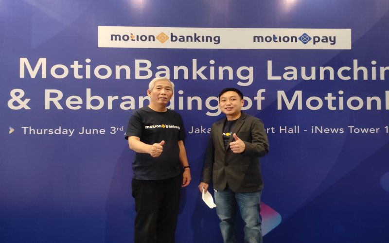 Mengenakan kaos dengan tulisan MotionBanking, investor saham Lo Kheng Hong (kiri) berfoto bersama COO MotionBanking Teddy Tee, Kamis (3/6/2021).  - Istimewa